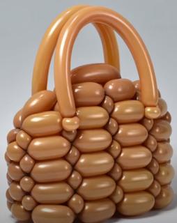 Handtasche aus Luftballons als Dekorationsaccesoires.