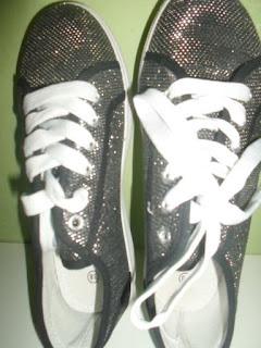 tênis  preto com brilho prateado e cadarço branco