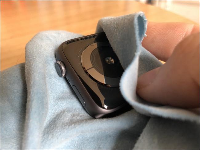 امسح Apple Watch بقطعة قماش مبللة لإزالة الأوساخ