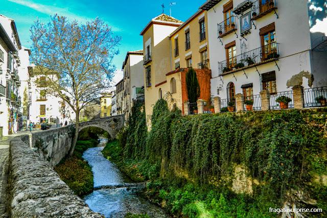 Carrera del Darro, rua histórica entre o Albaicín e a Alhambra de Granada