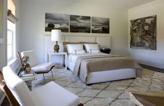 Habitación decorada con cuadros