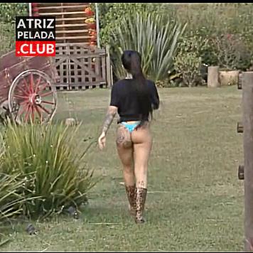 Mc Mirella passeando de CALCINHA ATOLADA em A Fazenda 12