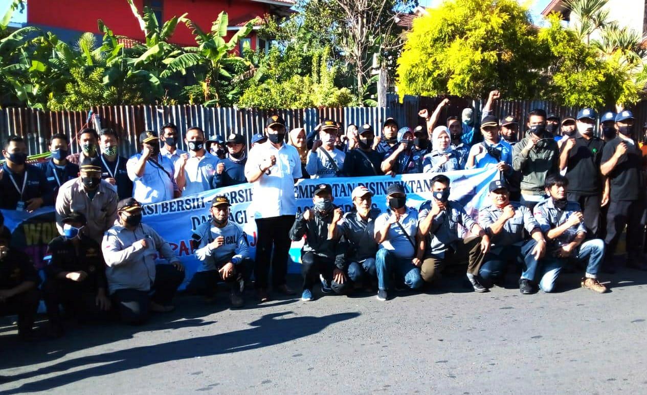 Peringati World Cleanup Day, Pemerintah Desa Cimacan Bersihkan Jalan Raya Cibodas