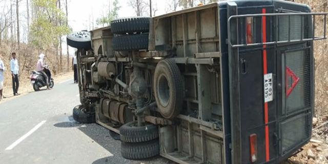 SAF जवानों की BUS पलटी, 1 मौत, 15 घायल, छुट्टी मनाकर बुरहानपुर लौट रहे थे | MP NEWS