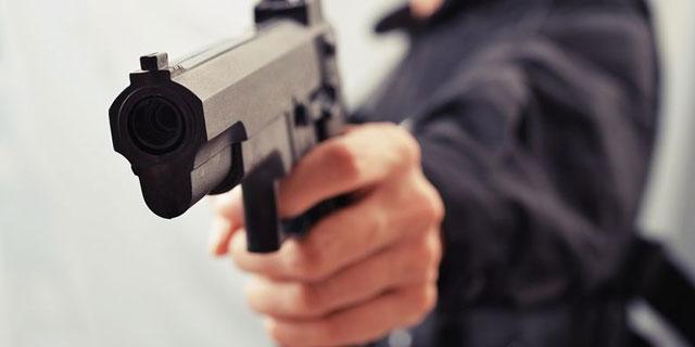 Melakukan Pembunuhan Memakai Pistol Palsu