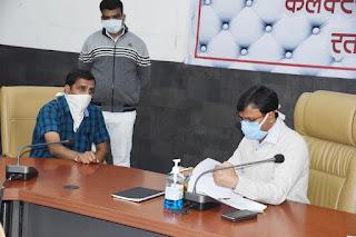 कलेक्टर श्री गोपालचंद्र डाड ने जनसुनवाई करते हुए आवेदकों की समस्याओं का निराकरण किया