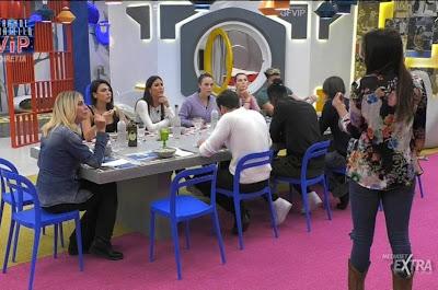 gfvip ragazzi a tavola mangiano