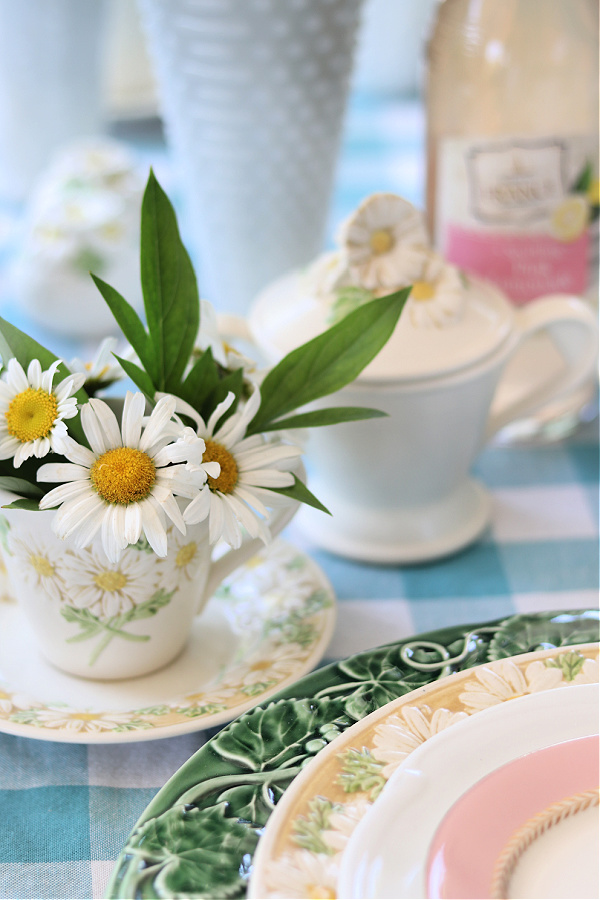 Daisy themed tablescape, turquoise gingham tablecloth