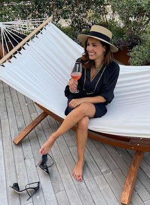 Caterina Balivo toglie le scarpe e beve un aperitivo sull'amaca
