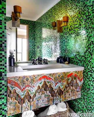 15 Design Kamar Mandi Unik Agar Rumah Tampil Beda - Dinding Mozaik dan Carving