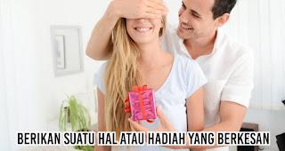 Berikan suatu hal atau hadiah yang berkesan merupakan salah satu syarat agar saat menyatakan cinta tidak terkesan awkward