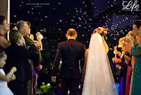 casamento com cerimônia na igreja São Pedro, em Porto Alegre e recepção no Salão Bavária da Sociedade Germânia de Porto Alegre, com projeto de decoração contemporâneo e sofisticado, em amarelo, fendi, prata e cristais por Life Eventos Especiais