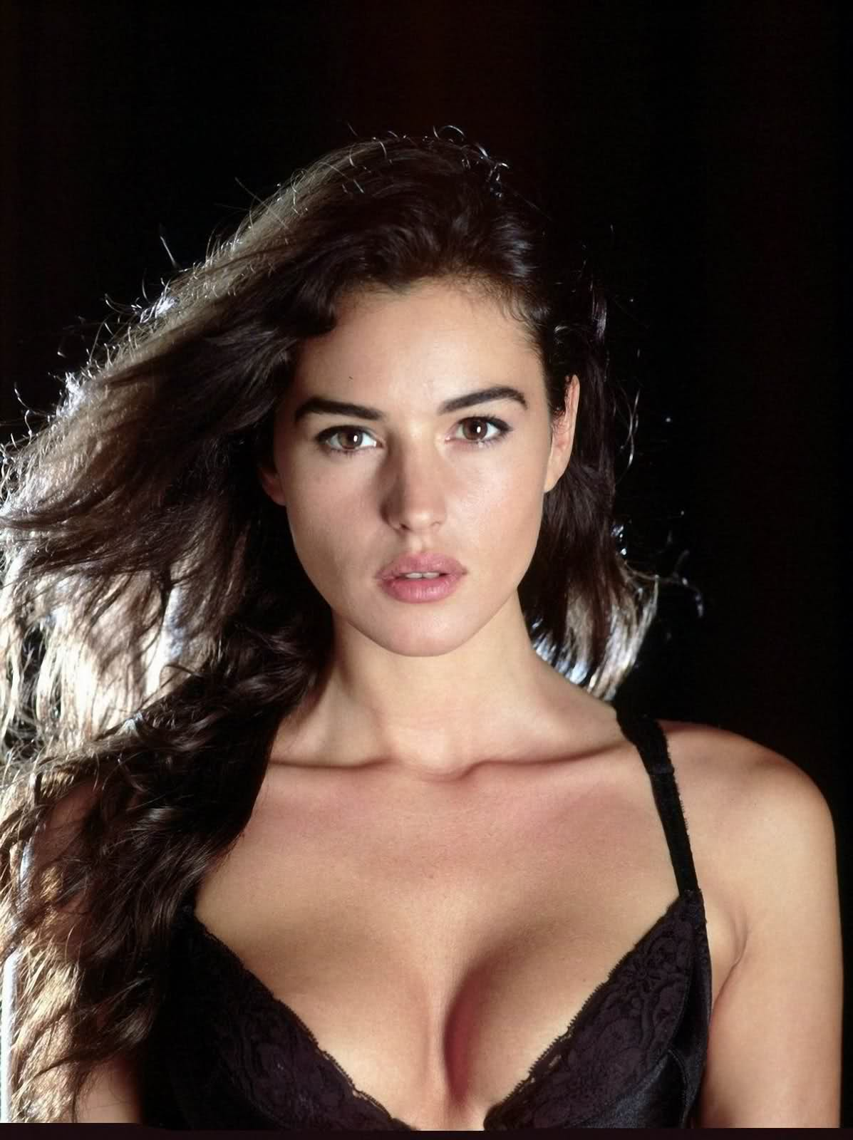 Beautiful Fiction Girl Wallpapers Monica Bellucci Extremely Hot Images Facts N Frames