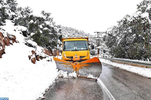 سلطات إقليم خنيفرة تعبئ كافة إمكانياتها لإزاحة الثلوج عن الطرقات