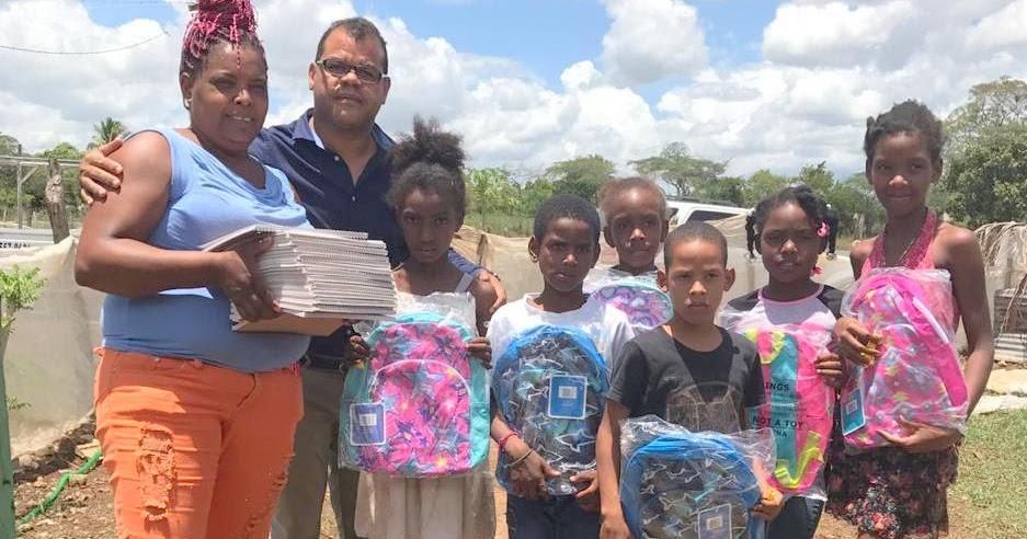 VER IMÁGENES, EN SAN JUAN: Precandidato a diputado Isaias Santos Villegas, hace entrega de materiales de construcción y mochilas.