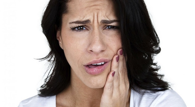 Perché mi fanno male i denti quando mi sveglio? Le cause comuni