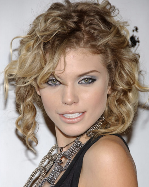 Asymmetrical curly short haircut for women with triange face