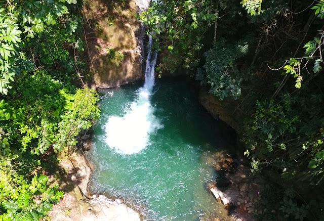 charco de aguas azules con caída de agua