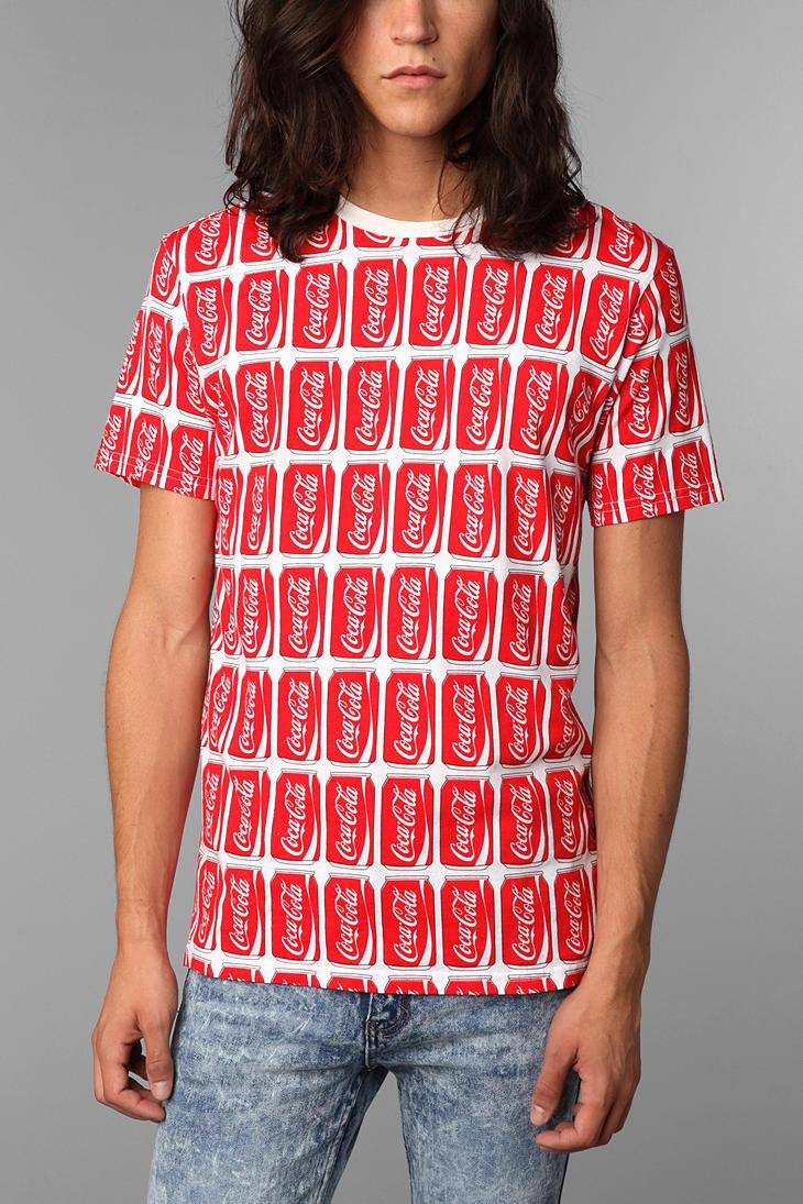 Camiseta con latas de coca-cola impresas
