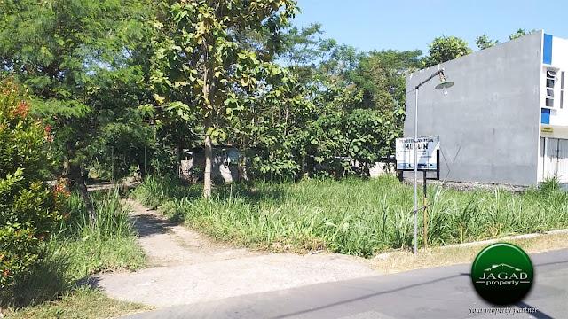 Tanah tepi jalan dekat Stadion Maguwoharjo