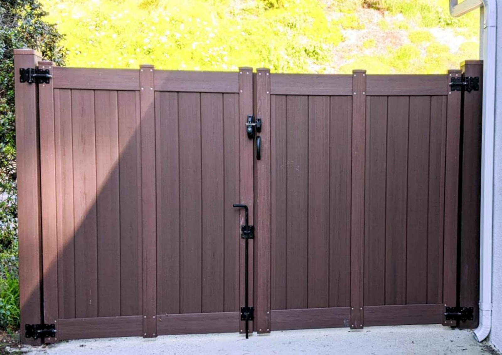 bufftech vinyl privacy fence gate driveway curb appeal exterior home improvement modern craftsman ranch house architecture