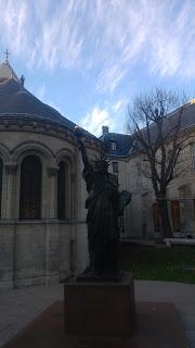 אחד מתוך העתקי פסלי החירות בפריס
