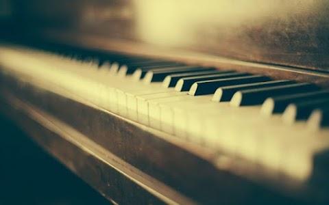 Zongoraszó fogadja alkalmanként az utazókat a szegedi nagyállomáson