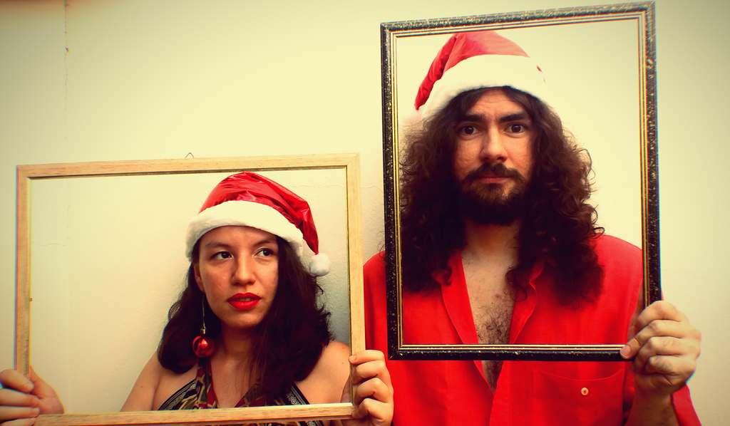 """""""Feliz Natal e Um Ano Novo Melhor Que Esse"""" é o título do EP especial do duo Jedias Hertz & Marina Silva, feito especialmente para aqueles que não enxergam na data a pureza retratada em filmes de Hollywood."""