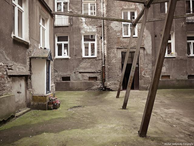 Podwórko kamienicy przy ulicy Waliców 12 w Warszawie