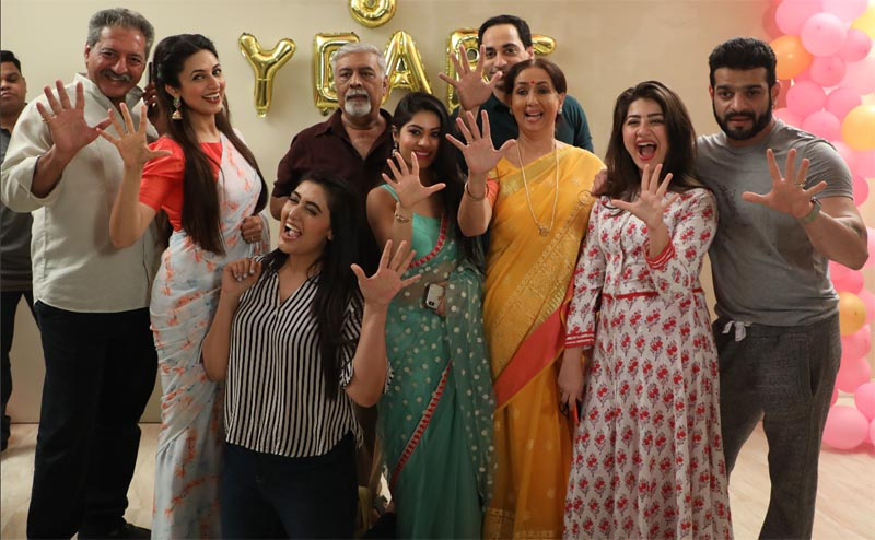 The entire cast and crew of Ye Hai Mohabbatein celebrating five year completion together