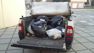 Il pick-up di Michele Giovannini con i sacchi di rifiuti indifferenziti