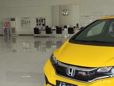Honda Jazz Berwarna Yellow Di Pajang Di Dealer Resmi Mobil Honda Kota Bekasi