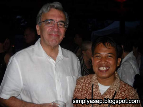 DUBES AUSTRALIA : Berfoto bersama Dubes Australia untuk Indonesia saat itu, Bill Farmer, di Kantor Konsulat Australia di Denpasar Bali tahun 2006. Saya juga memakai Batik.  Foto IST