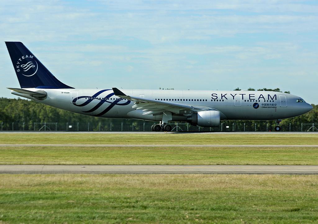 Brisbane Airport Movements China Southern A332 B 6528