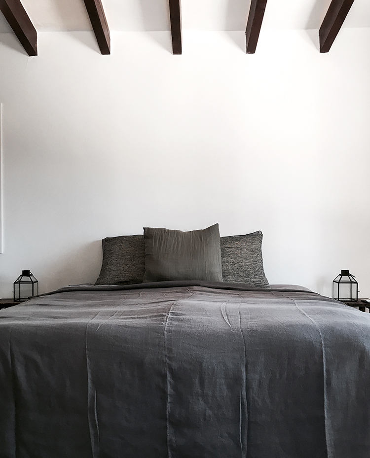 Villa Son Font in Mallorca | Dark gray linen bedding