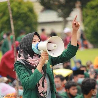 Foto aksi unjuk rasa demonstrean demo UU Cipta kerja omnibus law perempuan