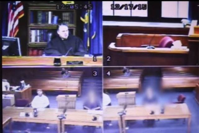 في حادثة غريبة من نوعها..قاضي يخلع ثوبه داخل المحكمة! ما السبب الذي أجبر القاضي على خلع ثيابه؟