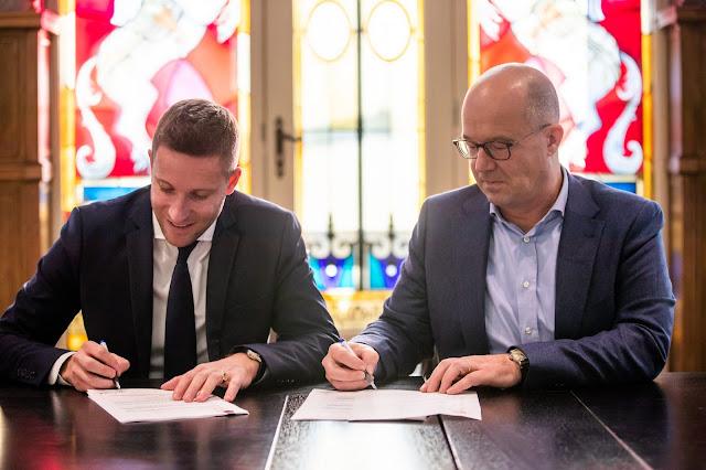 Nicolas de Villiers y Fons Jurgeons, durante la firma del acuerdo entre Puy du Fou y Efteling