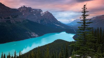 Precioso paisaje con rió azul, montañas y arboles