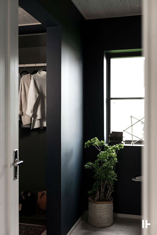 Dormitorio con paredes negras, vestidor sin puerta