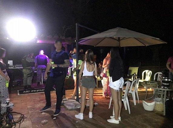 CORONAFEST: Polícia Militar interrompe festa particular com cerca de 50 pessoas