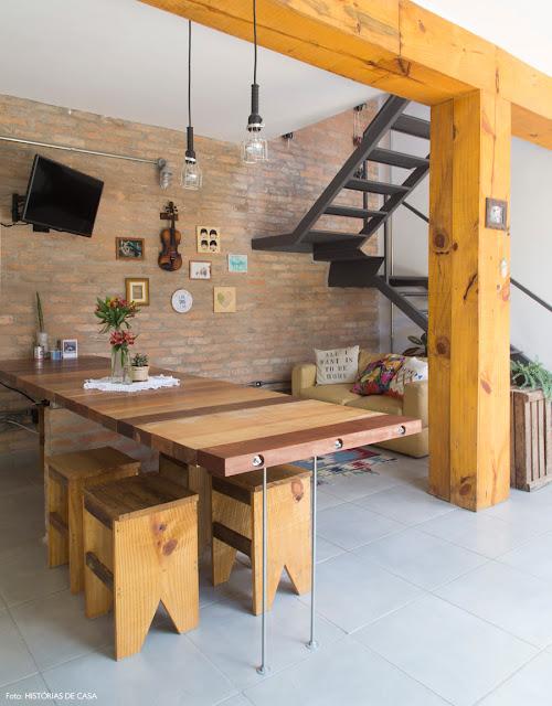 Inspiração deoração no estilo rústico urbano com tijolinho a vista e estrutura de madeira