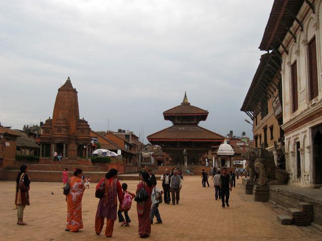 A la izquierda de la imagen, el templo de terracota Kedarnath, destruido por los terremotos de 2015