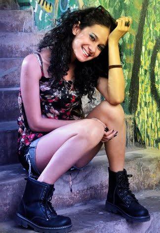 Foto de Adali Montero posando en una escalera