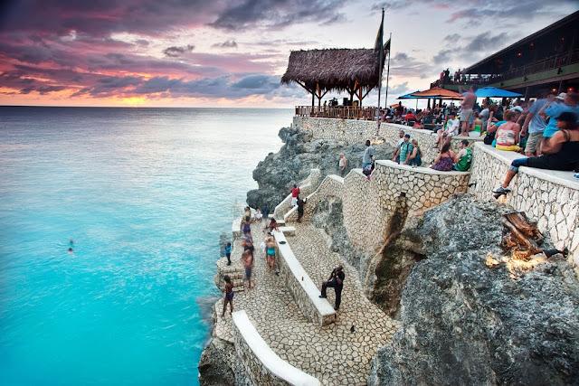 Ricks Café: carbet et escaliers en pierre près de la mer