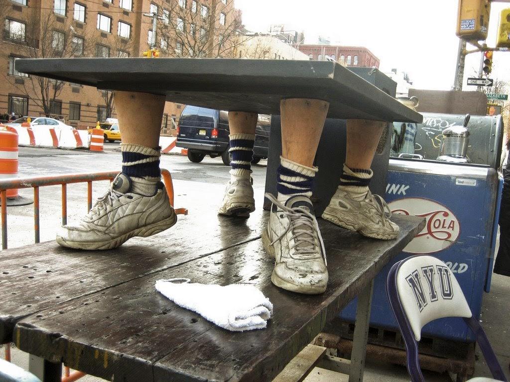 mesa con patas muy raras
