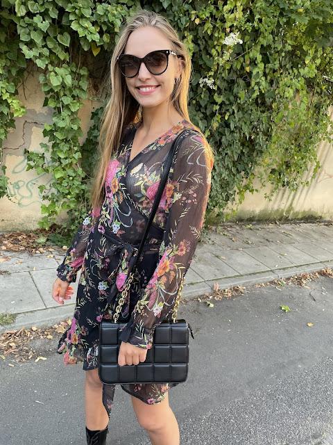 Kopertowa kwiecista sukienka w jesiennym wydaniu