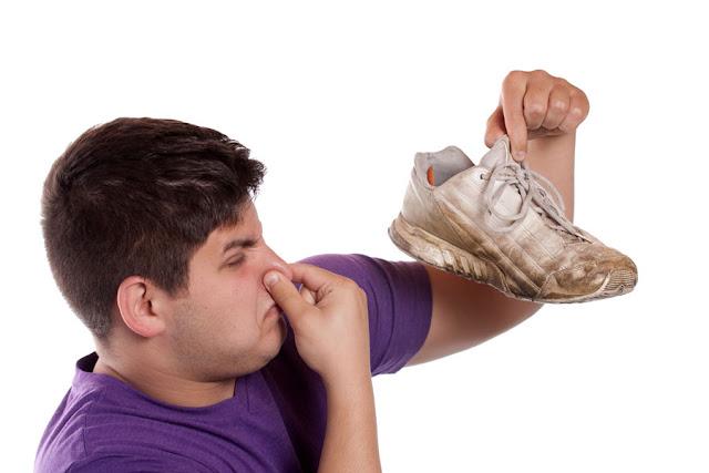 كيف تتخلص من رائحة القدمين الكريهة بدون ادوية