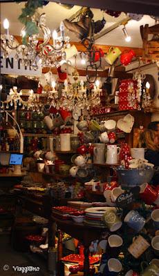 Uno dei tanti negozi con articoli della Savoia