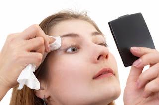 5ad8cf6b2 معظم النساء تسعين إلى بشرة نضرة ومليئة بالحيوية، وهناك بعض العادات الخاطئة  التى ترتكبها الفتاة، أثناء إزالة الماكياج مما يؤثر على بشرتهن، وتقدم خبيرة  ...